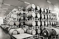 Inne i The Blending House hos Cascade Brewing &auml;r luften sval och fuktig. I taket finns ett sprinklersystem som v&auml;ter &ouml;ltunnorna. <br /> Portland, Oregon, USA