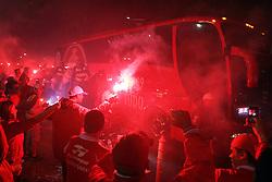 Torcedores do S.C. Internacional recebem o ônibus com os jogadores momentos antes da partida final válida Recopa Sulamericana 2011 contra o Independiente, da Argentina, no Estadio Beira Rio em Porto Alegre. FOTO: Jefferson Bernardes/Preview.com