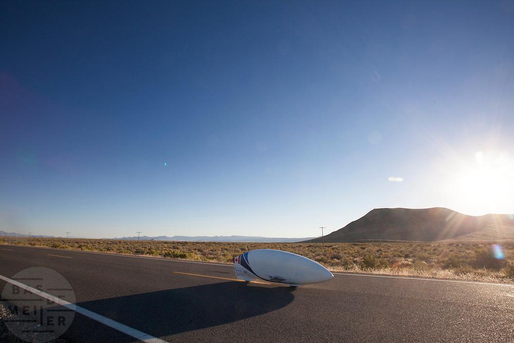 Calvin Moes in de Eta Prime tijdens de vierde racedag. In Battle Mountain (Nevada) wordt ieder jaar de World Human Powered Speed Challenge gehouden. Tijdens deze wedstrijd wordt geprobeerd zo hard mogelijk te fietsen op pure menskracht. Het huidige record staat sinds 2015 op naam van de Canadees Todd Reichert die 139,45 km/h reed. De deelnemers bestaan zowel uit teams van universiteiten als uit hobbyisten. Met de gestroomlijnde fietsen willen ze laten zien wat mogelijk is met menskracht. De speciale ligfietsen kunnen gezien worden als de Formule 1 van het fietsen. De kennis die wordt opgedaan wordt ook gebruikt om duurzaam vervoer verder te ontwikkelen.<br /> <br /> In Battle Mountain (Nevada) each year the World Human Powered Speed Challenge is held. During this race they try to ride on pure manpower as hard as possible. Since 2015 the Canadian Todd Reichert is record holder with a speed of 136,45 km/h. The participants consist of both teams from universities and from hobbyists. With the sleek bikes they want to show what is possible with human power. The special recumbent bicycles can be seen as the Formula 1 of the bicycle. The knowledge gained is also used to develop sustainable transport.