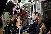 Passagiere in der Metro von Seoul im Zentrum der koreanischen Metropole.<br /> <br /> Passengers travelling in the Seoul Metro in the center of the Korean metropolis.