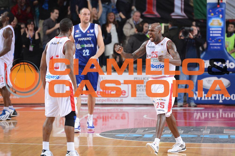 DESCRIZIONE : Varese Lega A 2012-13 Cimberio Varese cheBolletta Cantu<br /> GIOCATORE : Ere Ebi Mike Green<br /> CATEGORIA : esultanza controcampo sequenza<br /> SQUADRA : Cimberio Varese<br /> EVENTO : Campionato Lega A 2012-2013<br /> GARA : Cimberio Varese cheBolletta Cantu<br /> DATA : 29/10/2012<br /> SPORT : Pallacanestro <br /> AUTORE : Agenzia Ciamillo-Castoria/GiulioCiamillo<br /> Galleria : Lega Basket A 2012-2013  <br /> Fotonotizia : Varese Lega A 2012-13 Cimberio Varese cheBolletta Cantu<br /> Predefinita :