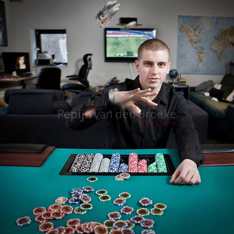 16/2/2009 Groningen . Poker ster Erik van Leer in zijn appartement op de hoek van de vismarkt met de stoeldraaierstraat. foto: Pepijn van den Broeke