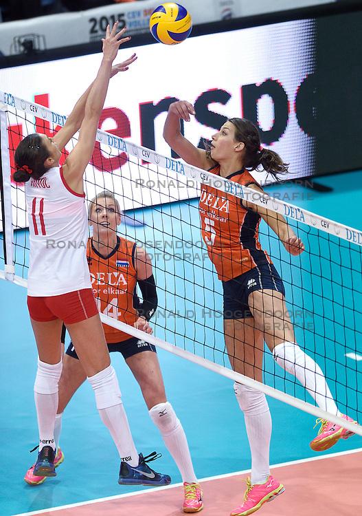03-10-2015 NED: Volleyball European Championship Semi Final Nederland - Turkije, Rotterdam<br /> Nederland verslaat Turkije in de halve finale met ruime cijfers 3-0 / Robin de Kruijf #5, Laura Dijkema #14