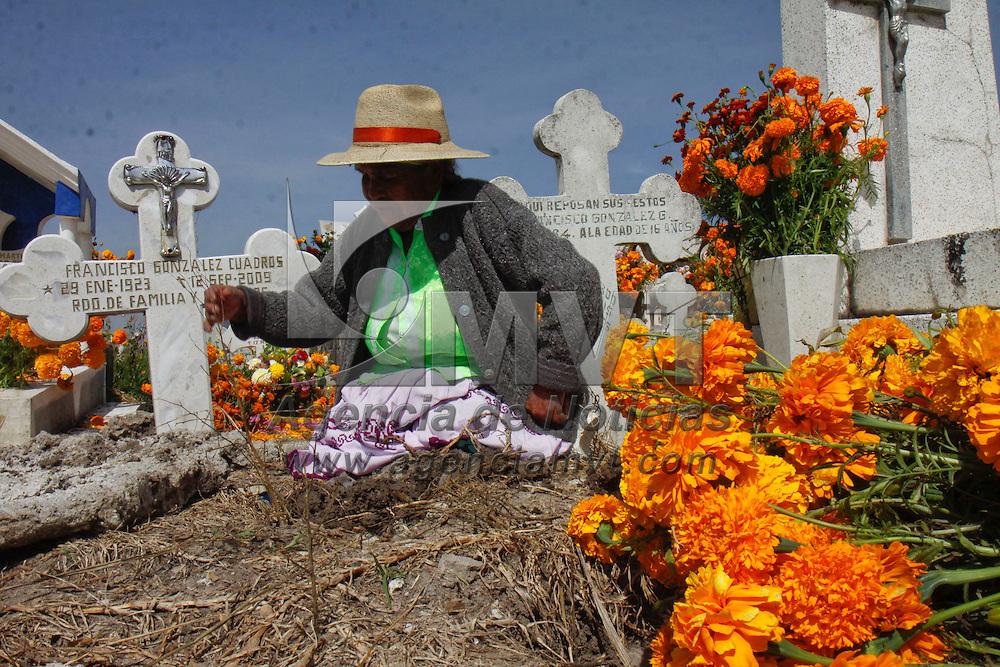 TOLUCA, México.- El panteón de la delegación de San Pablo Autopán celebra estos días a su santo patrono San Miguel Arcángel de una manera muy peculiar, familias enteras acuden a adornar las tumbas de sus difuntos con flores de cempazúchitl, de acuerdo a los pobladores esta tradición ya tiene más de 100 años en el lugar, es una forma de iniciar el festejo de los fieles difuntos para el  2 de noviembre. Agencia MVT / Crisanta Espinosa. (DIGITAL)