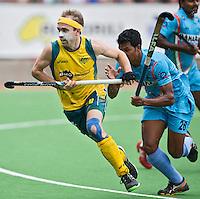 MELBOURNE -  Matthew Swann van Australie tijdens de halve finale tussen de mannen van Australie en India bij de Champions Trophy hockey in Melbourne. rechts Birendra Lakra. ANP KOEN SUYK