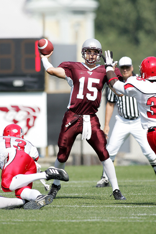 (22/09//2007--Ottawa) University of Ottawa Gees Gees men's football team defeating the York University Yoeman 53-14. The player photographed in action is Joshua Sacobie