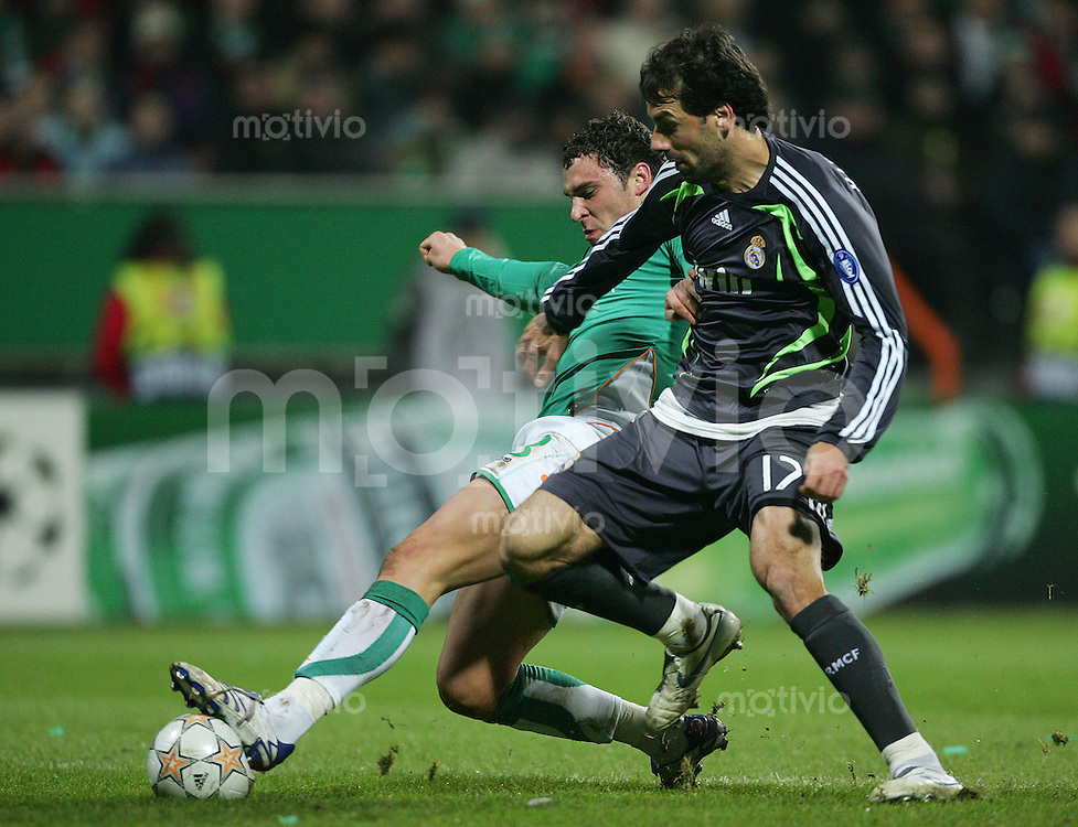 28.11.07 UEFA Champions League 2007/08 Gruppenphase SV Werder Bremen - Real Madrid Dusko TOSIC (Werder, l) gegen Ruud VAN NISTELROOY (Real).