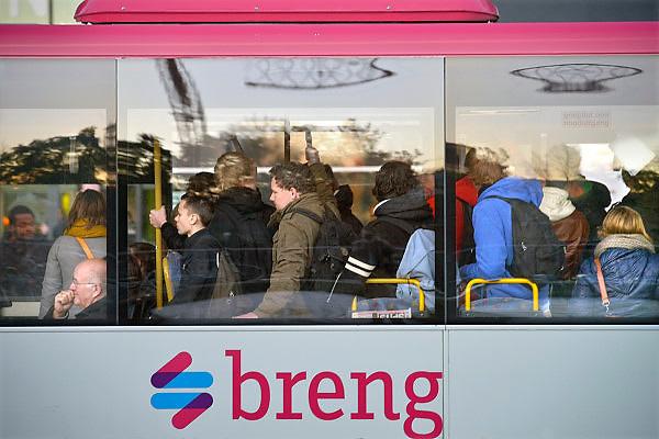 Nederland; Nijmegen; 24-9-2012; Passagiers, reizigers, mensen, studenten in een bus van Breng, onderdeel van Connexxion. Openbaar vervoer, busvervoer in de regio Arnhem Nijmegen.; Foto: Flip Franssen/Hollandse Hoogte