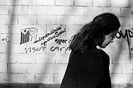 Barcelona, 2001: ragazza passa vicino alla scritta &quot; Indipendenza e giustizia sociale &quot; - girl passing by a writing &quot;  Social Justice and Independence &quot;<br /> &copy; Andrea Sabbadini