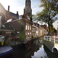 Nederland, Delft , 29 september 2010..Schrijver Kader Abdolah tijdens een wandeling door Delft en de Bieslandse Bossen. .Op de foto een sfeerplaatje in het centrum van Delft met kerk en grachtjes..Foto:Jean-Pierre Jans