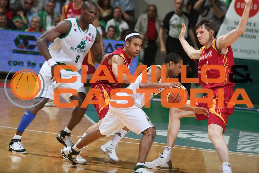 DESCRIZIONE : Siena Lega A1 2007-08 Playoff Finale Gara 2 Montepaschi Siena Lottomatica Virtus Roma <br />GIOCATORE : Terrell Mc Intyre Fucka Jaaber<br />SQUADRA : Lottomatica Virtus Roma<br />EVENTO : Campionato Lega A1 2007-2008 <br />GARA : Montepaschi Siena Lottomatica Virtus Roma <br />DATA : 05/06/2008 <br />CATEGORIA : Palleggio Diefasa<br />SPORT : Pallacanestro <br />AUTORE : Agenzia Ciamillo-Castoria/G.Ciamillo