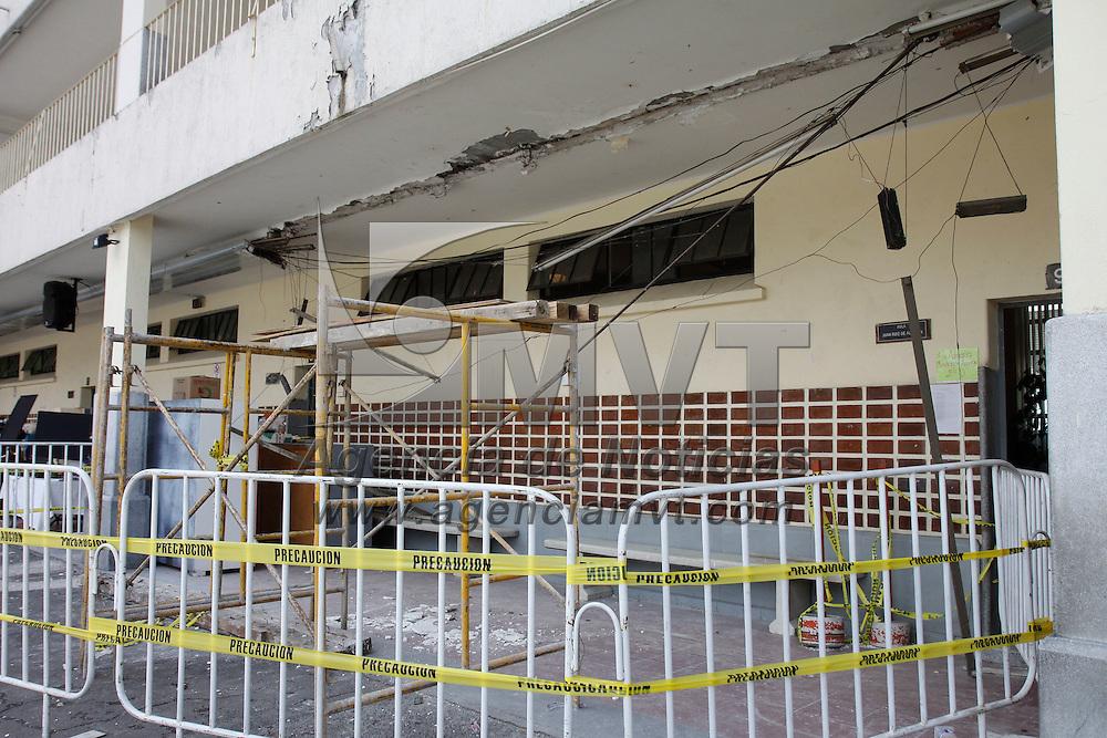 Toluca, México.- La Dirección de Protección Civil de Toluca acordono e instalo una valla de pánico en dos áreas dela escuela primaria Miguel Alemán, que registraron algunos daños en su estructura por el sismo del pasado 21 de agosto, para evitar algún riesgo a los estudiantes.  Agencia MVT / Crisanta Espinosa