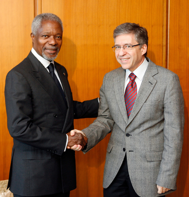 U.N. Secretary-General Kofi Annan shakes hands with Yossi Beilin member of Knessett and Chairman of Meretz-Yahad Party at U.N. Headquarters in New York on Thursday 10 November 2006.<br />