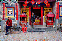"Chine, Province du Fujian, village de Yuchang Lou, maison forteresse en terre et en bois où logent les membres d'une meme famille de l'ethnie Hakka, inscrit au patrimoine mondial de l'Unesco, temple // China, Fujian province, Yuchang Lou village, Tulou mud house. well known as the Hakka Tulou region, in Fujian. In 2008, UNESCO granted the Tulou ""Apartments"" World Heritage Status, siting the buildings as exceptional examples of a building tradition and function exemplifying a particular type of communal living and defensive organization. The Fujian Tulou is ""the most extraordinary type of Chinese rural dwellings"" of the Hakka minority group and other people in the mountainous areas in southwestern Fujian, temple"