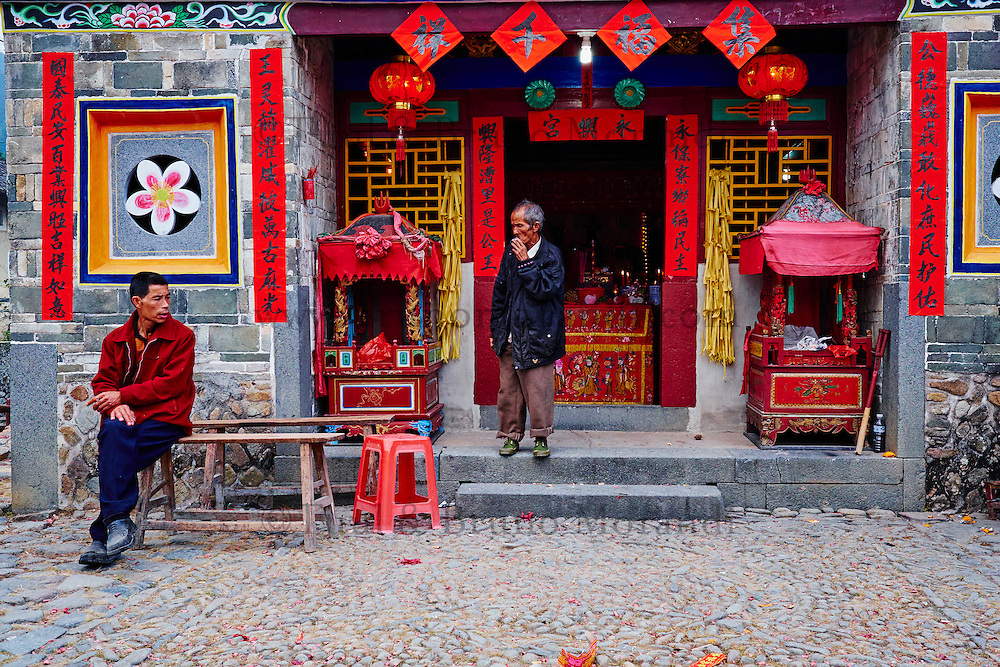 """Chine, Province du Fujian, village de Yuchang Lou, maison forteresse en terre et en bois où logent les membres d'une meme famille de l'ethnie Hakka, inscrit au patrimoine mondial de l'Unesco, temple // China, Fujian province, Yuchang Lou village, Tulou mud house. well known as the Hakka Tulou region, in Fujian. In 2008, UNESCO granted the Tulou """"Apartments"""" World Heritage Status, siting the buildings as exceptional examples of a building tradition and function exemplifying a particular type of communal living and defensive organization. The Fujian Tulou is """"the most extraordinary type of Chinese rural dwellings"""" of the Hakka minority group and other people in the mountainous areas in southwestern Fujian, temple"""