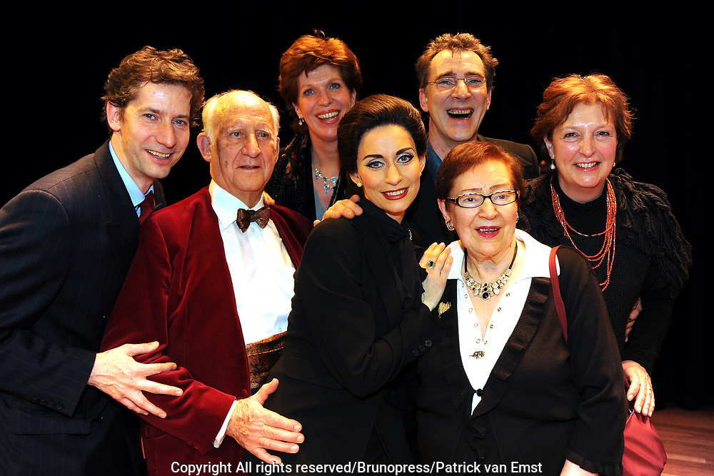 Premiere Masterclass met Pia Douwes in de rol van Maria Callas in theater Chasse in Breda.<br /> <br /> Op de foto: Daphne Flint Pia Douwes en ouders