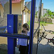 POLAND / POLONIA<br /> Niña conversando en un cabina de telefono en la ciudad de Jastrowie<br /> Photography by Aaron Sosa<br /> Polonia 2008<br /> (Copyright © Aaron Sosa)