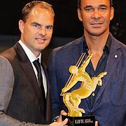 NLD/Amsterdam/20121013- LAF Fair 2012 VIP Night, prijsoverhandiging aan Ruud Gullit door Frank de Boer