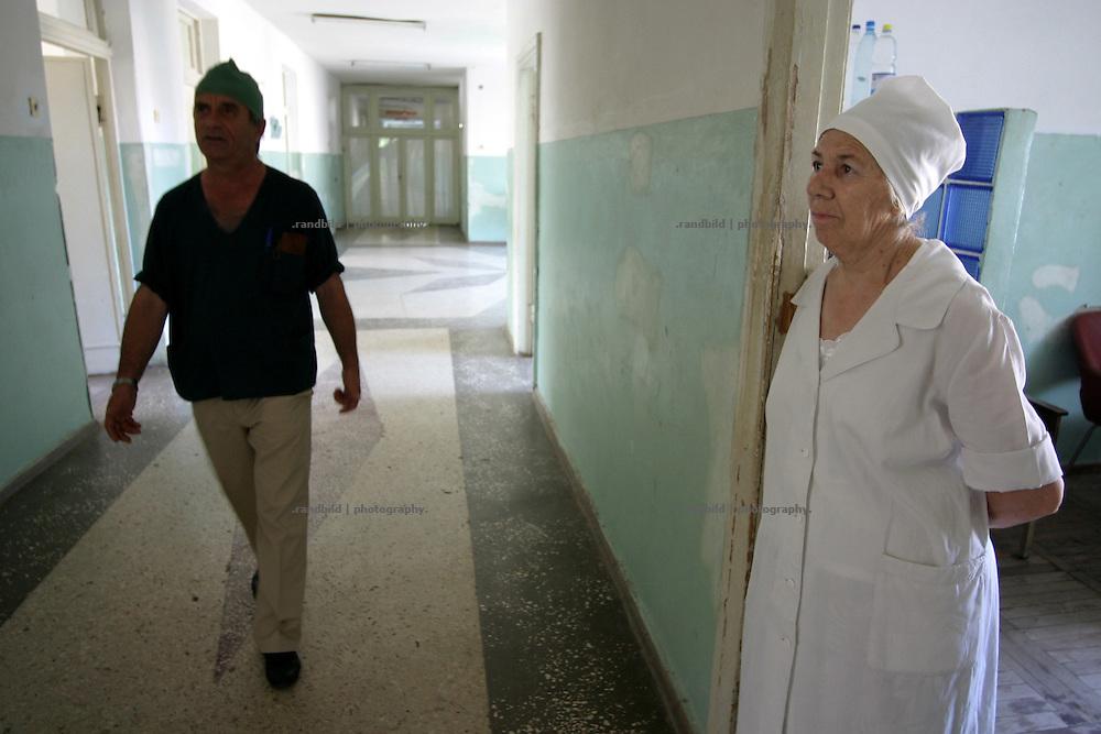 Georgien/Abchasien, Suchumi, 2006-08-27, Eine Krankenschwester im Republik-Krankenhaus von Suchumi. Abchasien erklärte sich 1992 unabhängig von Georgien. Nach einem einjährigen blutigen Krieg zwischen den Abchasen und Georgiern besteht seit 1994 ein brüchiger Waffenstillstand, der von einer UNO-Beobachtermission unter personeller Beteiligung Deutschlands überwacht wird. Trotzdem gibt es, vor allem im Kodorital immer wieder bewaffnete Auseinandersetzungen zwischen den Armee der Länder sowie irregulären Kämpfern. (A nurse in the Republic-Hospital in Sukhumi. Abkhazia declared itself independent from Georgia in 1992. After a bloody civil war a UNO mission observing the ceasefire line between Georgia and Abkhazia since 1994. Nevertheless nearly every day armed incidents take place in the Kodori gorge between the both armys and unregular fighters )