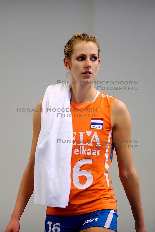 27-09-2009 VOLLEYBAL: EUROPEES KAMPIOENSCHAP NEDERLAND - POLEN: LODZ<br /> De Nederlandse volleybalsters zijn vooralsnog onklopbaar op het EK. Na de ruime zeges op Kroatie en Spanje werd ook gastland Polen met grote overmacht opzij geschoven: 25-18, 25-13, 25-23 / Debby Stam<br /> &copy;2009-WWW.FOTOHOOGENDOORN.NL