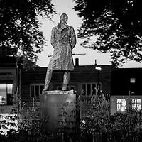 Wergeland i natten.<br /> Kveldstemning av statuen med Henrik Wergeland i byparken i Kristiansand.
