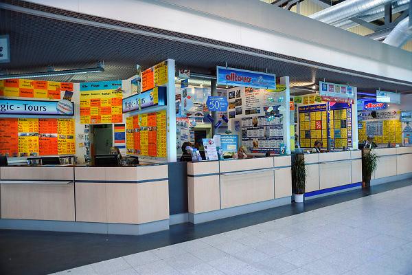 Duitsland, Weeze, 25-6-2009Vlak over de grens bij Nijmegen ligt het regionaal vliegveld Niederrhein, Weeze, wat sinds zes jaar uitgegroeid is tot een belangrijke regionale luchthaven en als thuisbasis fungeert voor prijsvechter chartermaatschappij Ryanair. In Bergen N-Limburg klaagt men over geluidsoverlast. In de regio bevindt zich ook vliegveld Dusseldorf. Naast passagiersvervoer wordt er veel luchtvracht vervoerd. Op de foto lege balies van reisburos, reisbureaus op de luchthaven. Economie, ekonomie, grensstreek, Foto: Flip Franssen/Hollandse Hoogte