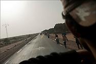 Un réfugié Egyptien dans le bus qui le conduit à Gabès en vue de son rapatriement en Egypte. Plus de 140 000 réfugiés ont déjà quitté la Libye par la Tunisie ou l'Egypte et des milliers continuent d'arriver chaque jours. Vendredi 4 Mars 2011, Ras Jedir, Tunisie..© Benjamin Girette/IP3 press