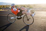 Christien Veelenturf rijdt warm op de ligfiets. Het Human Power Team Delft en Amsterdam (HPT), dat bestaat uit studenten van de TU Delft en de VU Amsterdam, is in Amerika om te proberen het record snelfietsen te verbreken. Momenteel zijn zij recordhouder, in 2013 reed Sebastiaan Bowier 133,78 km/h in de VeloX3. In Battle Mountain (Nevada) wordt ieder jaar de World Human Powered Speed Challenge gehouden. Tijdens deze wedstrijd wordt geprobeerd zo hard mogelijk te fietsen op pure menskracht. Ze halen snelheden tot 133 km/h. De deelnemers bestaan zowel uit teams van universiteiten als uit hobbyisten. Met de gestroomlijnde fietsen willen ze laten zien wat mogelijk is met menskracht. De speciale ligfietsen kunnen gezien worden als de Formule 1 van het fietsen. De kennis die wordt opgedaan wordt ook gebruikt om duurzaam vervoer verder te ontwikkelen.<br /> <br /> The HPT tests the VeloX4 speed bike. The Human Power Team Delft and Amsterdam, a team by students of the TU Delft and the VU Amsterdam, is in America to set a new  world record speed cycling. I 2013 the team broke the record, Sebastiaan Bowier rode 133,78 km/h (83,13 mph) with the VeloX3. In Battle Mountain (Nevada) each year the World Human Powered Speed ??Challenge is held. During this race they try to ride on pure manpower as hard as possible. Speeds up to 133 km/h are reached. The participants consist of both teams from universities and from hobbyists. With the sleek bikes they want to show what is possible with human power. The special recumbent bicycles can be seen as the Formula 1 of the bicycle. The knowledge gained is also used to develop sustainable transport.