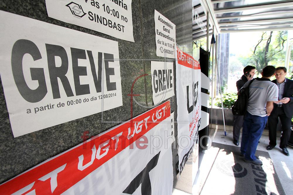 SP - CEAGESP/GREVE - GERAL<br /> Os Funcion&aacute;rios do Ceagesp (Companhia de Entrepostos e Armaz&eacute;ns Gerais de S&atilde;o Paulo) iniciaram uma greve na manh&atilde; desta ter&ccedil;a-feira (12) na capital paulista. Os Trabalhadores das &aacute;reas de fiscaliza&ccedil;&atilde;o, manuten&ccedil;&atilde;o operacional, administra&ccedil;&atilde;o, controle de qualidade de armazenagem e seguran&ccedil;a resolveram cruzar os bra&ccedil;os. Apesar disto, os comerciantes que alugam boxes poder&atilde;o continuar vendendo seus produtos sem nenhuma fiscaliza&ccedil;&atilde;o - FOTO MARCELO D'SANTS/FRAME