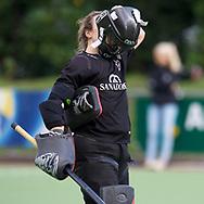 HUIZEN/NAARDEN - 2017 Hoofdklasse dames<br /> Huizer HC  vs Nijmegen 3-1<br /> Foto: Saskia van Duivenboden doet haar helm op.<br /> WORLDSPORTPICS COPYRIGHT FRANK UIJLENBROEK