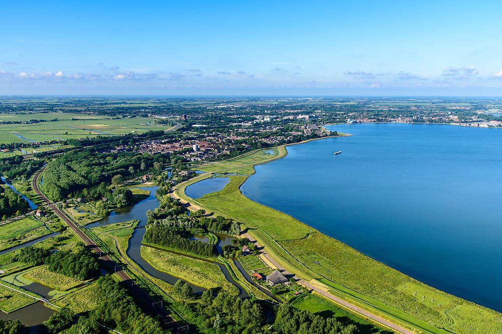 Nederland, Noord-Holland, Gemeente Edam-Volendam, 13-06-2017; Scharwoude, IJsselmeerdijk en Hoornsche Hop ten zuidwesten van Hoorn.<br /> De dijk staat op de nominatie om verstrekt te worden, bewoners en actievoerders vrezen aantasting van de monumentale dijk en verlies culturele waarden.<br /> Former seawall and water of Hoornsche Hop, southwest of Hoorn.<br /> The dike is nominated to be reinforced, residents and activists fear losing the monumental quality of the dike and losing other cultural values.<br /> <br /> luchtfoto (toeslag op standaard tarieven);<br /> aerial photo (additional fee required);<br /> copyright foto/photo Siebe Swart