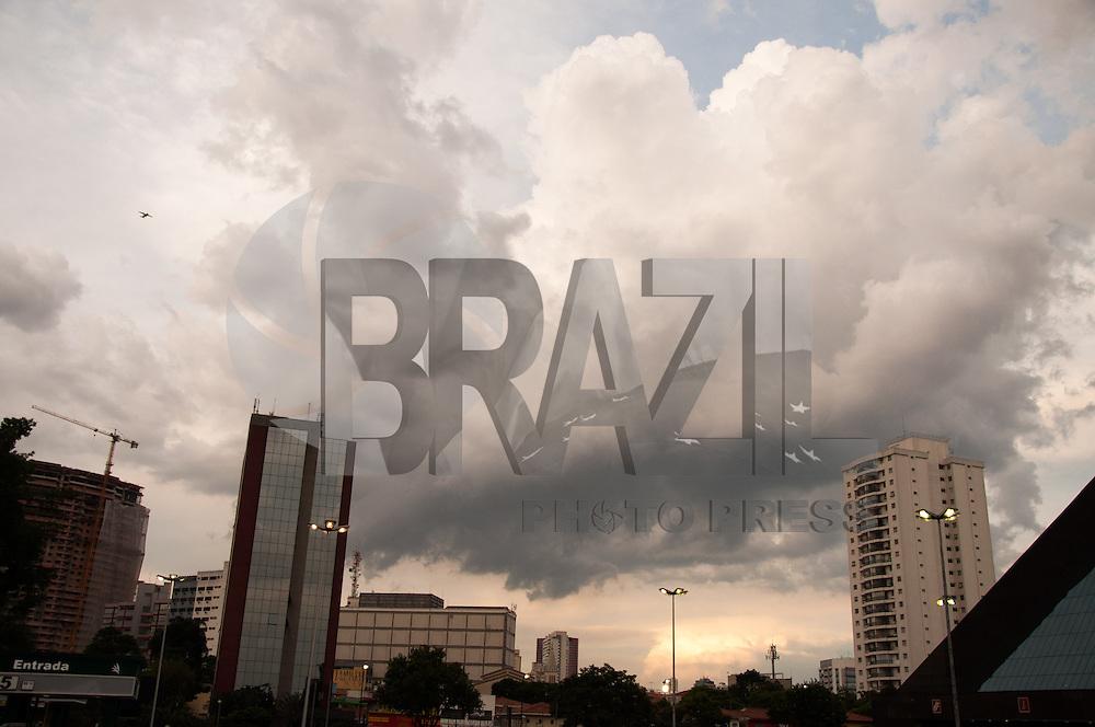 SÃO PAULO-SP-25.01.2015-CLIMA TEMPO SÃO PAULO - Nuvens carregadas sobre o bairro do Butantã(foto do estacionamento do Shopping Eldorado), zona oeste da cidade de São Paulo no fim da tarde desse domingo,25.(Foto:Kevin David/Brazil Photo Press)