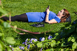 © Licensed to London News Pictures. 20/09/2019. London, UK. A woman relaxing on the grass in the sunshine near St Paul's Cathedral in London this lunchtime.  Photo credit: Vickie Flores/LNP