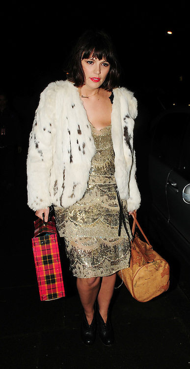 16.JAN.2009 - LONDON<br /> <br /> GUESTS ARRIVING AT KATE MOSS'S HOUSE TO CELEBRATE THE MODELS 35TH BIRTHDAY AT HER ST.JOHNS WOOD HOME.<br /> <br /> BYLINE MUST READ : EDBIMAGEARCHIVE.COM<br /> <br /> *THIS IMAGE IS STRICTLY FOR UK NEWSPAPERS AND MAGAZINES ONLY*<br /> *FOR WORLD WIDE SALES AND WEB USE PLEASE CONTACT EDBIMAGEARCHIVE - 0208 954 5968*