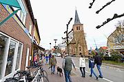 Nederland, Domburg, Walcheren, Zeeland, 26-3-2016 Badplaats aan de duinen langs de Noordzee. Het is paasweekend en daardoor zijn er veel toeristen, vooral uit duitsland . Straatbeeld in het centrum van het dorp, stadsbeeldFoto: Flip Franssen/Hollandse Hoogte