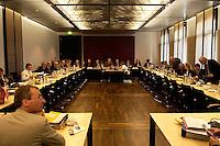 30 JUN 2004, BERLIN/GERMANY:<br /> Uebersicht Sitzungssaal, Sitzung des Vermittlungsauschusses von Bundestag und Bundesrat zum sog. Arbeitslosengeld II, der Zusammenlagung von Arbeitslosengeld und Sozialhilfe, Bundesrat<br /> IMAGE: 20040630-01-011<br /> KEYWORDS: Übersicht