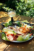 Deutschland Germany Hessen.Hessen Rheingau-Taunus.Essen, Food: Bauernteller mit Schinken und Kaese, Wein., food, speciality from Hessen..