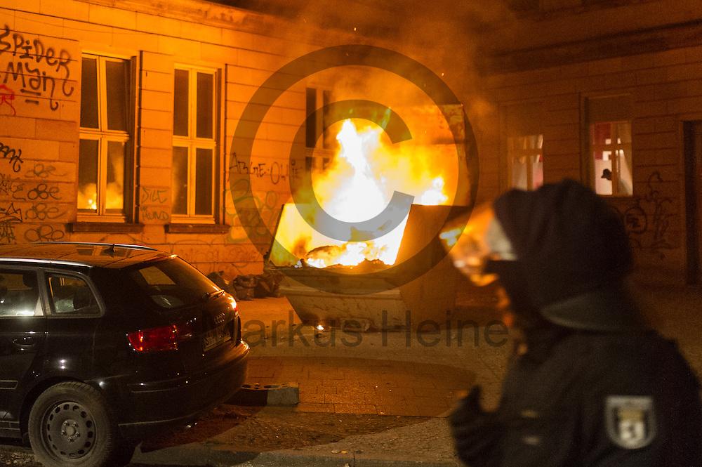 Ein Polizist l&auml;uft am 05.07.2016 in Friedrichshain, Berlin, Deutschland vor einem Brennenden Bauschuttcontainer vorbei. Wegen des andauernden Polizeieinsatzes in einem besetzten Haus in der Rigaer Stra&szlig;e kommt es vermehrt Nachts zu Brandanschl&auml;gen auf Autos und andere Gegenst&auml;nde. Foto: Markus Heine / heineimaging<br /> <br /> ------------------------------<br /> <br /> Ver&ouml;ffentlichung nur mit Fotografennennung, sowie gegen Honorar und Belegexemplar.<br /> <br /> Bankverbindung:<br /> IBAN: DE65660908000004437497<br /> BIC CODE: GENODE61BBB<br /> Badische Beamten Bank Karlsruhe<br /> <br /> USt-IdNr: DE291853306<br /> <br /> Please note:<br /> All rights reserved! Don't publish without copyright!<br /> <br /> Stand: 07.2016<br /> <br /> ------------------------------
