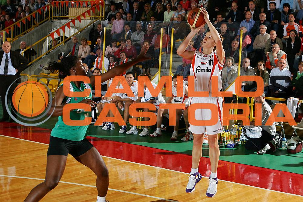 DESCRIZIONE : Schio Lega A1 Femminile 2005-06 Finale Scudetto Gara 2 Famila Schio Acer Priolo <br /> GIOCATORE : Masciadri <br /> SQUADRA : Famila Schio <br /> EVENTO : Campionato Lega A1 Femminile Finale Scudetto Gara 2 2005-2006 <br /> GARA : Famila Schio Acer Priolo <br /> DATA : 09/05/2006 <br /> CATEGORIA : Tiro <br /> SPORT : Pallacanestro <br /> AUTORE : Agenzia Ciamillo-Castoria/S.Silvestri