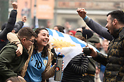 20180630/ Nicolas Celaya - adhocFOTOS/ URUGUAY/ MONTEVIDEO/ INTENDENCIA/ Aficionados observan el partido Uruguay vs Portugal en la explanada de la Intendencia, Montevideo.<br /> En la foto: Aficionados observan el partido Uruguay vs Portugal en la explanada de la Intendencia, Montevideo. Foto: Nicol&aacute;s Celaya /adhocFOTOS