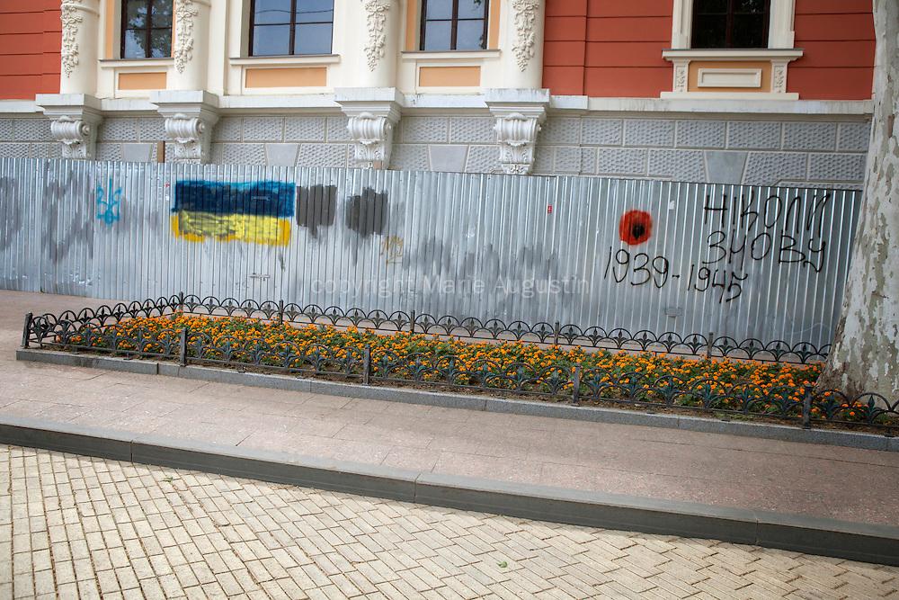 """Des graffiti sur les murs dans le centre de la ville, pro ukrainiens. Le coquelicot, symbole du souvenir des anciens combattants du Commonwealth après la première guerre mondiale. On peut lire """"Jamais plus"""""""