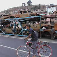 Toluca, Méx.-Sobre una de las entradas a esta ciudad, se encuentra un remolque con vehiculos calcinados y destruidos, lo malo es que hasta el remolque, esta deteriorado. Agencia MVT / HERNAN VAZQUEZ E. (DIGITAL).<br /> <br /> NO ARCHIVAR - NO ARCHIVE