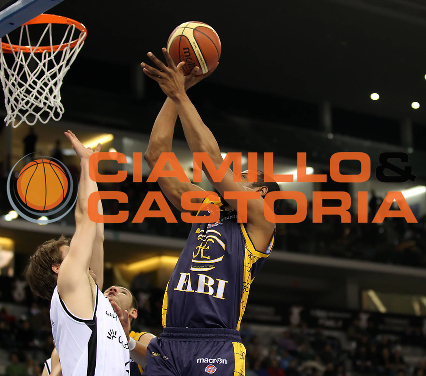 DESCRIZIONE : Torino Coppa Italia Final Eight 2011 Quarti di Finale Fabi Shoes Montegranaro Canadian Solar Virtus Bologna<br /> GIOCATORE : Sharrod Ford<br /> SQUADRA : Fabi Shoes Montegranaro<br /> EVENTO : Agos Ducato Basket Coppa Italia Final Eight 2011<br /> GARA : Fabi Shoes Montegranaro Canadian Solar Virtus Bologna<br /> DATA : 10/02/2011<br /> CATEGORIA : tiro<br /> SPORT : Pallacanestro<br /> AUTORE : Agenzia Ciamillo-Castoria/ElioCastoria<br /> Galleria : Final Eight Coppa Italia 2011<br /> Fotonotizia : Torino Coppa Italia Final Eight 2011 Quarti di Finale Fabi Shoes Montegranaro Canadian Solar Virtus Bologna<br /> Predefinita :