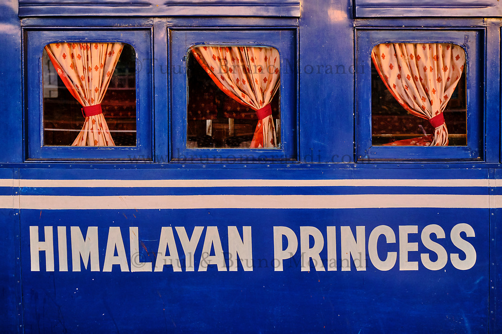 Inde, Bengale Occidental, Darjeeling, gare de Darjeeling, avec le célebre toy train du Darjeeling Himalayan Railway, Patrimoine Mondial de l'Unesco, nom  // India, West Bengal, Darjeeling, train station for the toy train from Darjeeling Himalayan Railway, Unesco world Heritage