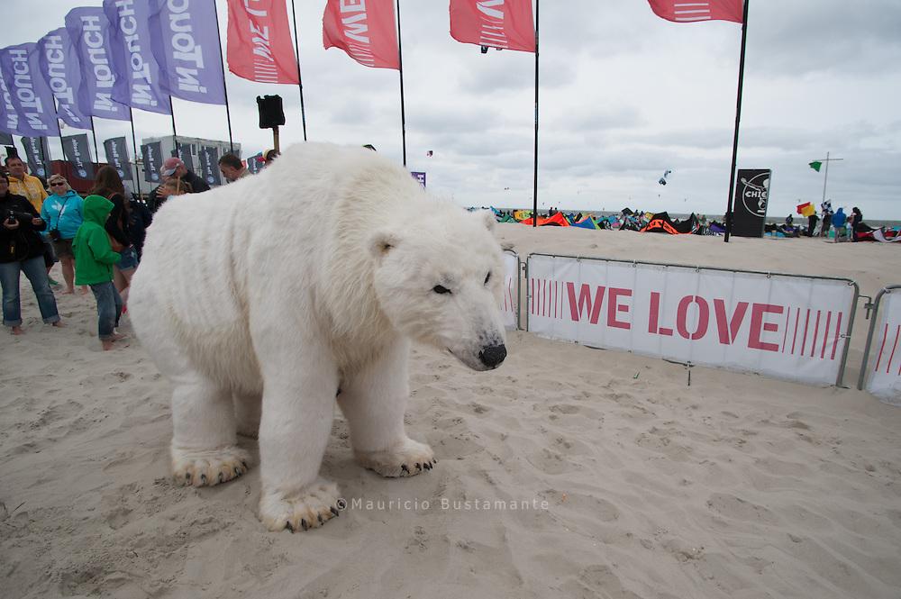 Die Greenpeace-Eisbärin Paula, der ihre Heimat, die Arktis, unter den Tatzen wegschmilzt, hat sich auf den langen Weg nach Deutschland begeben. Mit Paulas Auftritt will Greenpeace auf die Notwendigkeit aufmerksam machen, ein internationales Schutzgebiet in der Arktis einzurichten und Verbote gegen Öldörderungen und industrielle Fischerei in arktischen Gewässern zu verhängen: Unterzeichnet die Petition auf