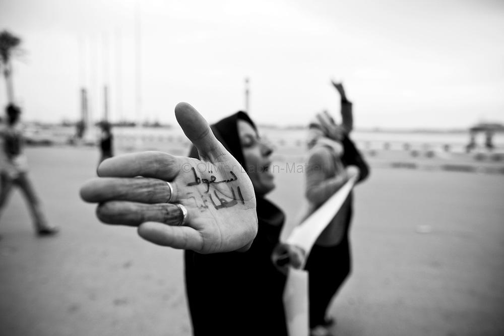 Une femme participe à une manifestation contre le régime du Colonel Kadhafi, le 30 mars 2011 à Benghasi.
