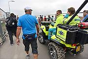 Nederland, Nijmegen, 16-7-2014 Vierdaagse, een mobiele ambulance rijdt langs de lopers op het parcours. Foto: Flip Franssen/Hollandse Hoogte