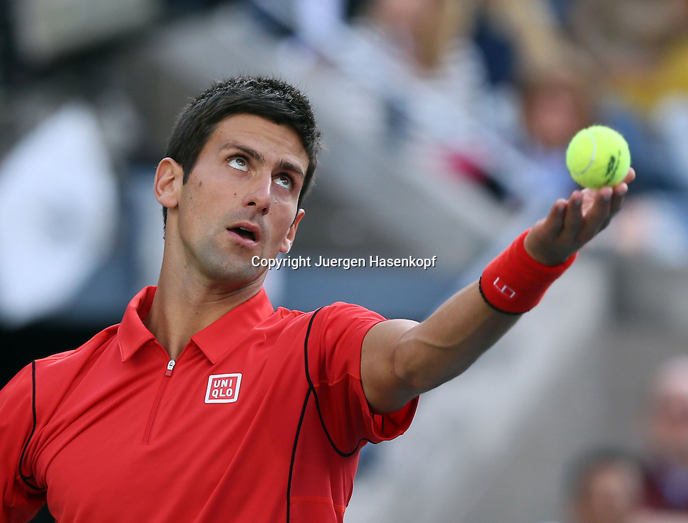 US Open 2013, USTA Billie Jean King National Tennis Center, Flushing Meadows, New York,<br /> ITF Grand Slam Tennis Tournament,Herren Endspiel,Finale,<br /> Novak Djokovic (SRB),Aktion,Aufschlag,Ballwurf,Einzelbild,<br /> Halbkoerper,Querformat