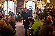 """Der """"Goldene Tiger"""" - Samstag Nachmittag in der berühmten Stammkneipe von Bohumil Hrabal in der Prager Innenstadt."""