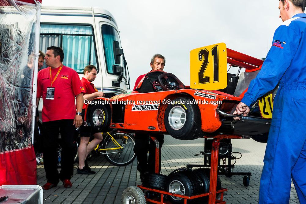 Rizla Racing days op het TT circuit in Assen 2008. uitpakken van mini formule 1 wagen.
